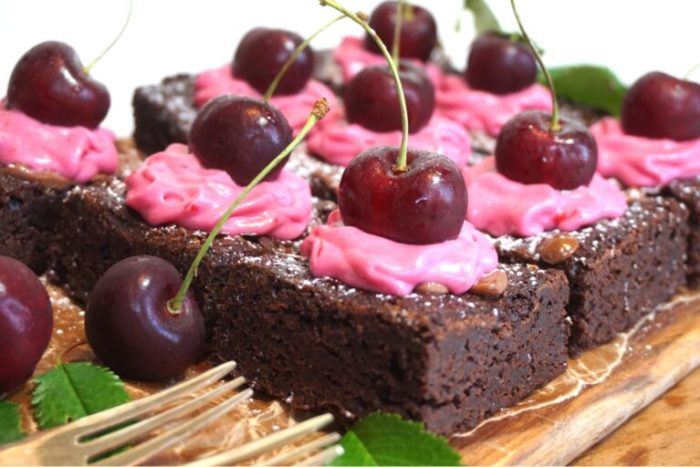 Chokladbrownie med körsbärsfrosting