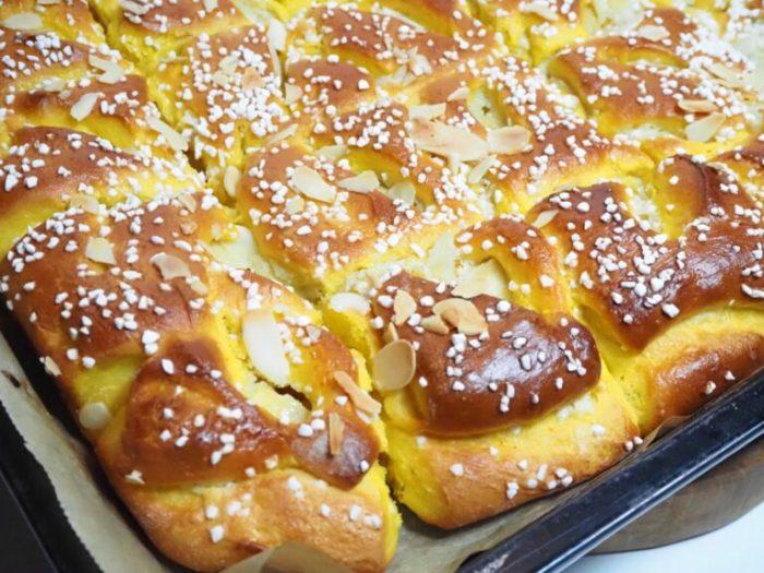 Saffransbullar i långpanna med krämig vanilj och smörstekta äpplen