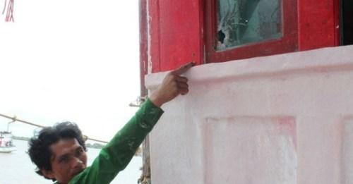 Vết đạn bắn thủng tàu của ngư dân Việt nam Huỳnh Văn Tửng