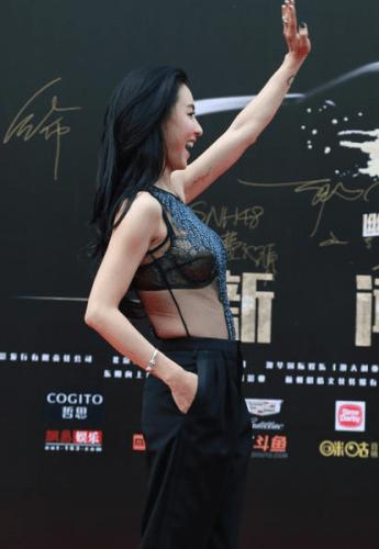 張柏芝透視內衣裝上陣走紅地毯,竟然露出XX,搞得韓國男神馬上幫她披外套遮著XX~ OPPA真有風度