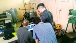 Nastavnik Bijelić Ivan pomaže studentima oko kompjuterskog projektovanja