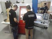 Zoran i Ivan posmatraju izradu komada na CNC mašini