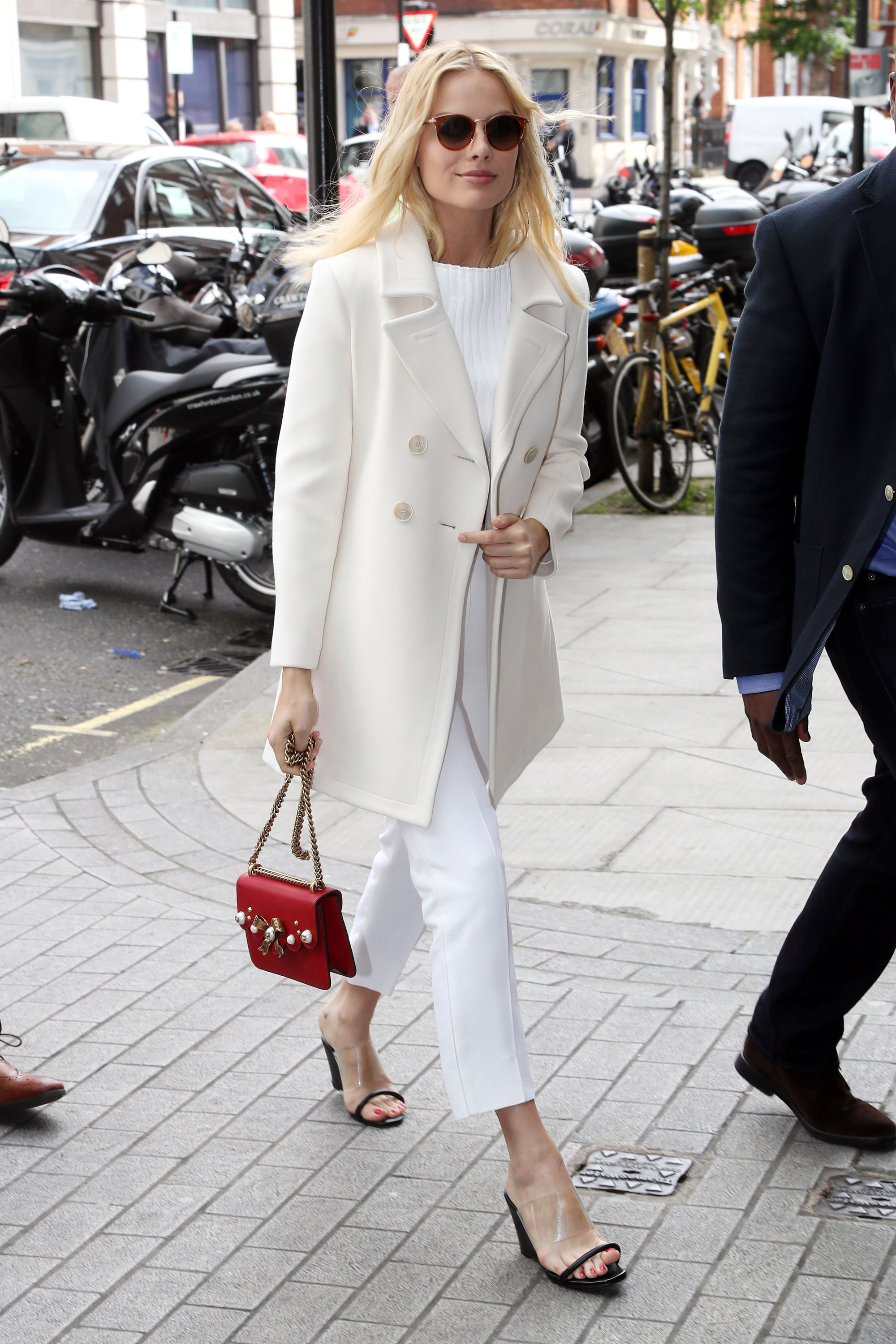 Margot Robbie In The Monochromatic Summer Look For Day Vogue