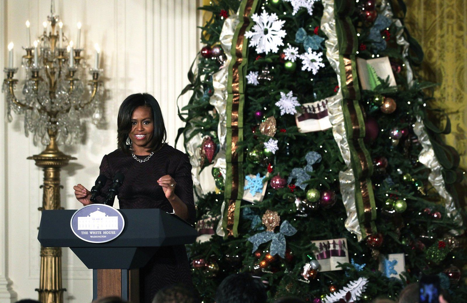 https://i2.wp.com/media.vogue.com/r/w_1600//wp-content/uploads/2014/12/03/holding-white-house-holiday-decorations-michelle-obama1.jpg