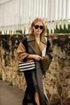 Annabel Rosendahl con un abrigo color block de Loewe en París.