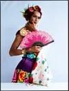 Muxe con el traje regional del Istmo de Tehuantepec con abanico, joyas de filigrana y flores, para la portada de la revista Vogue México