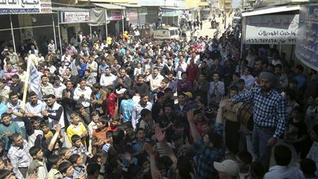 متظاهرون ضد الرئيس السوري بشار الاسد قرب حلب