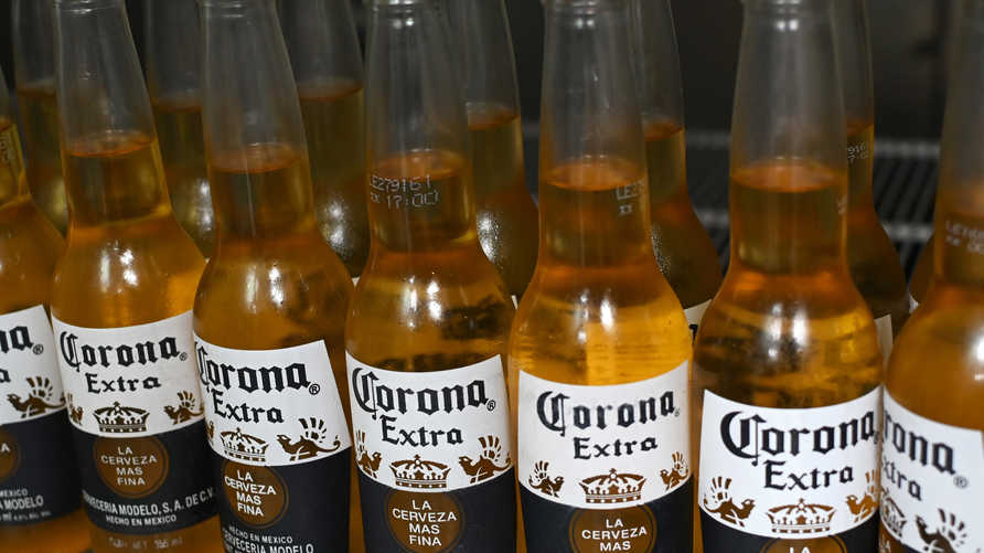 Фотография бутылок мексиканского пива Corona, снятая в Мехико 4 июня 2019 года. - Дональд Трамп столкнулся с ожесточенной оппозицией во вторник…