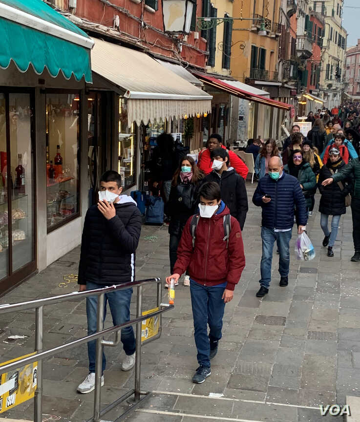 Tourists are wearing  protective masks against coronavirus in Venice, Italy, Feb. 23, 2020. (S. Castelfranco/VOA)