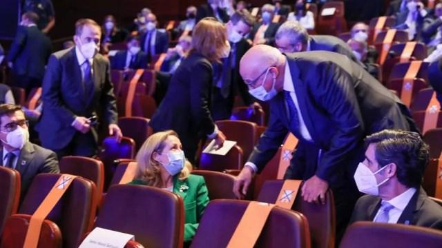 Nadia Calviño charla con Josep Oliu, en presencia de Carlos Torres y José María Álvarez Pallete, en la presentación del Plan 2050.