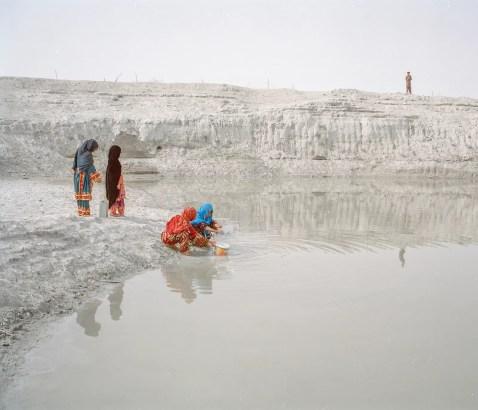 婦女從胡塔加雨水收集坑汲水,動物們也從喬塔尼村莊達什蒂亞里(Dashtyari)喝水。