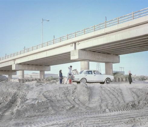 一家人從ZAbol Sistan和Baluchestan Province的Nohrab橋下的枯竭河床上清除土壤,因為他們的...