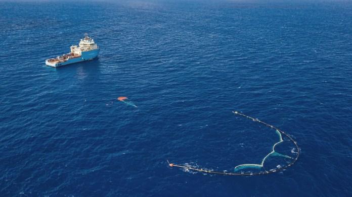 Лодка и сеть в океане