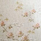 Romantiska blommr på överta tapeten i gamla farstun