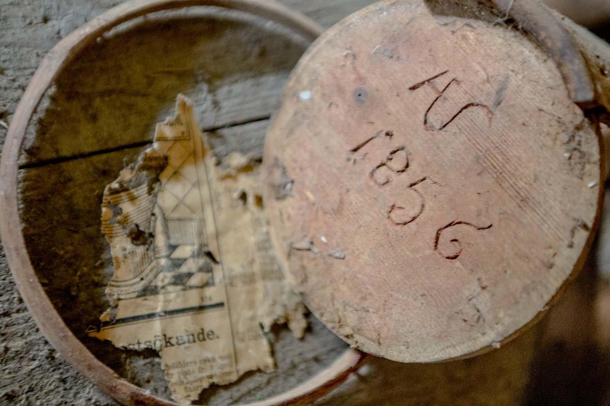 Delar av ett kärl från 1856 samt ett tidningsutklipp från en vägg med badrumsinpiration.
