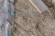 Golvet isoleras med sågspån.