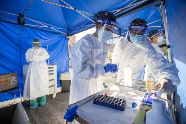 Testy na COVID-19 w Rzymie  / autor: PAP/EPA