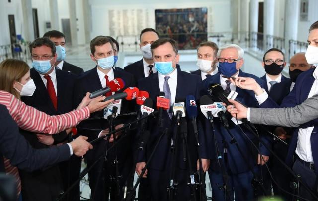 Minister sprawiedliwości, lider Solidarnej Polski Zbigniew Ziobro oraz posłowie Solidarnej Polski podczas konferencji prasowej w Sejmie / autor: PAP/Rafał Guz