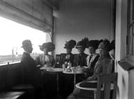 Vi tror att detta är Malmö Damsällskap på besök i Falsterbo omkring 1910-12.