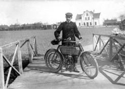 Man med motorcykel av märket Minerva utanför Matildas ateljé i Vellinge.