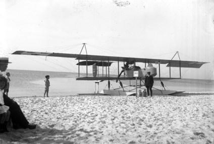 Flygplan på stranden nedanför Falsterbohus någon gång på 1920-talet.