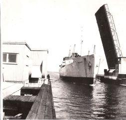 Motorfartyget Åhus av Trelleborg passerar.