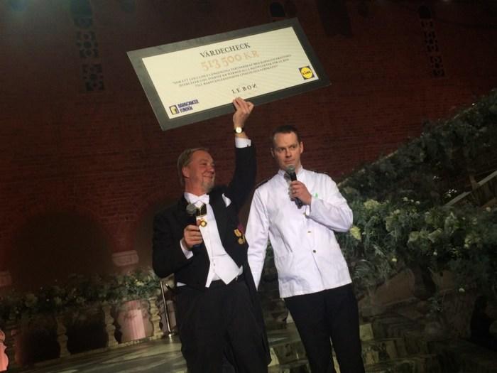 Alla intäkter från LE BON gick till Barncancerfonden. Här lämnar Lidls VD Conor Boyle över 513 500 kr till Olle Björk från Barncancerfonden.
