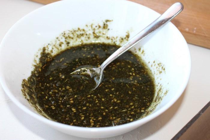 Zaatar rör du ut i olja tills det blir en bredbar massa. Lika delar raps- och olivolja.