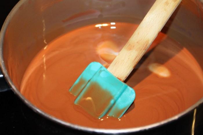 Smält kokosfett tillsammans med choklad under omrörning på svag värme. Kokosfettet är jätte hårt men smälter ganska fort.