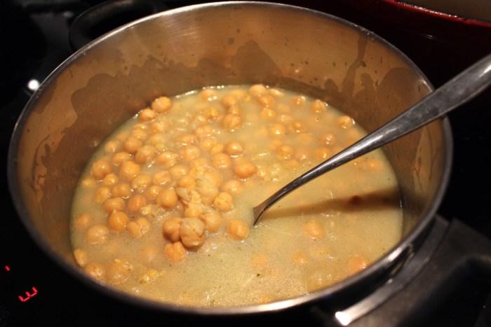 Värm kikärtorna i buljongen med citron & vitlök. Mosa dem lite lätt.