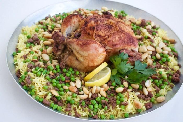 Här serverar ja min kyckling på en bädd av ris. Bredvid hade vi tsatsiki och sallad. Mmm....