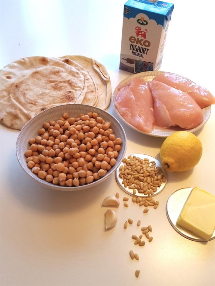 Du behöver kyckling, pitabröd, yoghurt, kikärtor, vitlök, rejäl klick smör och citron.