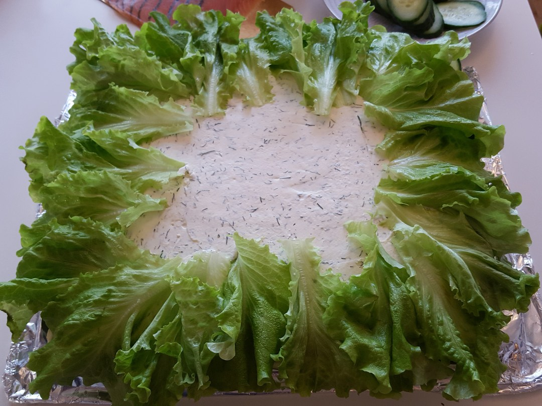 Kanterna har jag först garnerat med gurkskivor och jag toppar tårtan med salladsblad. Sen är det bara att låta fantasin flöda med garneringen.