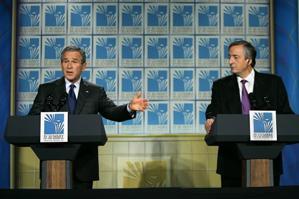 Ex presidentes: Bush y Kirchner, en 2005, en la cumbre de las Américas (AP)