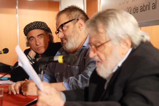 Junto al dibujante Miguel Rep, y el historiador y periodista Osvaldo Bayer (Télam)