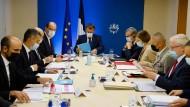 Höchste Geheimhaltung: Präsident Macron während des außergewöhnlichen Verteidigungsrates am Donnerstag in Paris