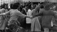 Demonstration für die Rechte der Frauen in Teheran am 10. März 1979. Die Teilnehmerinnen werden dabei von männlichen Freiwilligen geschützt.