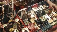 Reiches Angebot, kaum Kunden: Eine Händlerin im Antikmarkt Grays Market unweit der Bond Street.