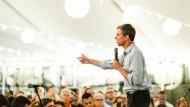 Zeltplane mit Lampions: Präsidentschaftskandidat Beto O'Rourke spricht vor seinen Anhängern im Innenhof eines Biergartens in Brooklyn.