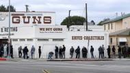 Grundrecht Bewaffnung: Wartende vor einem Waffenladen in Kalifornien.