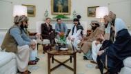 Erörterung der sowjetischen Invasion in Afghanistan: Am 2. Februar 1983 lud der amerikanische Präsident Ronald Reagan afghanische Mudjahedin ins Weiße Haus.