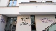 """Leipzig: Graffiti wie """"Mieten runter!"""" und """"Ihr seid Teil des Problems!"""" befinden sich an einem neuen Mietshaus einer Wohnungsbaugenossenschaft."""