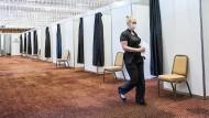 Impfpflicht ja oder nein? Im Ballsaal des Luxushotels Jumeirah Frankfurt werden Mitarbeiter kleinerer Unternehmen von Betriebsärzten geimpft – freiwillig.