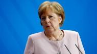 Angela Merkel kündigt Konsequenzen für den Fall an, dass Iran mehr Uran produziert, als das Atomabkommen erlaubt.