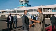 Abiy Ahmed und Isaias Afewerki am 25. März auf dem Flughafen der eritreischen Hauptstadt Asmara