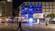 Ausgangssperre: ein Passant am Sonntag auf dem Alexanderplatz in Berlin