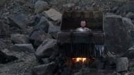 """Wellness in der Baggerschaufel: Der Film """"Atlantis"""" bei Mubi spielt in einer zerstörten Ukraine"""
