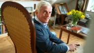 Rast Bei Sauldorf: Der Schriftsteller Arnold Stadler unterhält sich während eines Interviews mit einer Redakteurin.