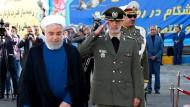 Feierlichkeiten im Staatsfernsehen: Der iranische Präsident Hassan Rohani nimmt ein neues Luftabwehrsystem in Betrieb.