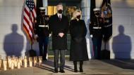 Präsident Joe Biden und seine Frau Jill vor dem Weißen Haus